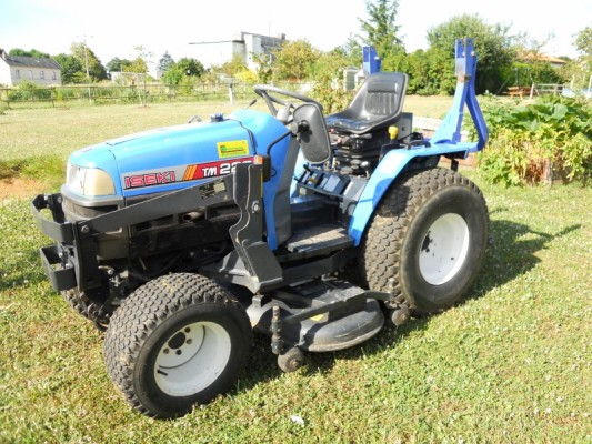 Used garden tractors for sale agriaffaires usa for Garden machinery for sale